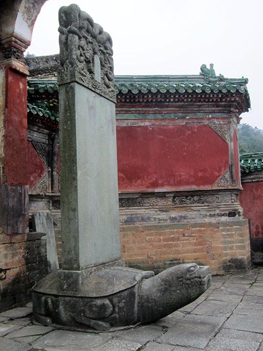 Stèle commémorative avec la tortue noire